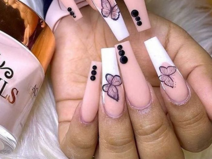 If you didn't know it, the '00s white nail design is back, and white nails are back with it. If you're looking for designs that are brighter than your future, acrylics that come close to a deadly weapon, or gels that are brighter than your mom's chocolate tarts, then you've come to the right place.We searched for 32 inspirations you'll need, whether you want to catch the tail of spring or are looking for the perfect bright white to show off your summer tan. No matter what the season, we have the perfect shade and design for you.One of the trendiest colors of the season, this go-to color is the perfect blank canvas for any nail art. From polka dots to the latest French manicure, there are countless ways to decorate your fingertips. Keep scrolling your white nail design doses for your next manicure.
