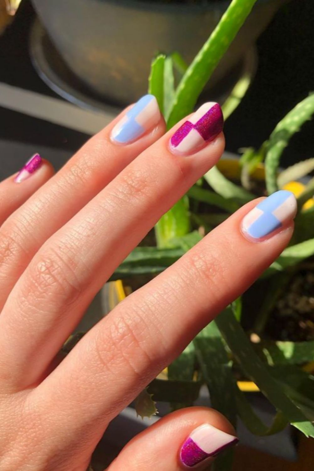Short nail design with geometric pattern
