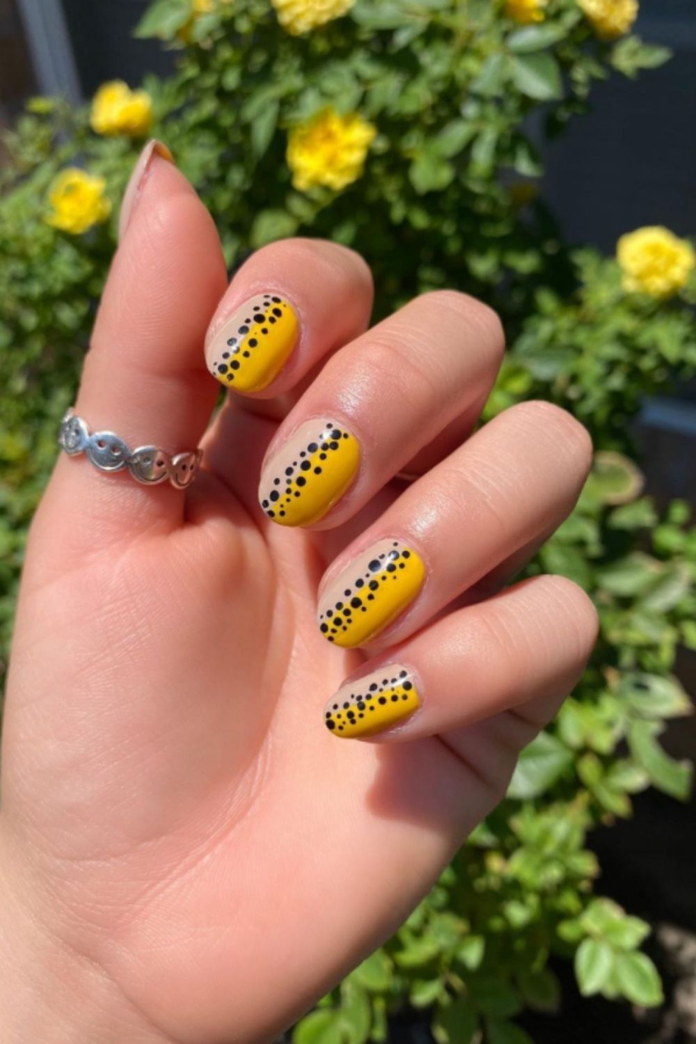 Black and yellow nails designs